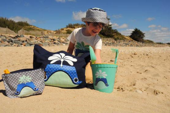 Coq en Pâte Travel Pouch op strand sfeer